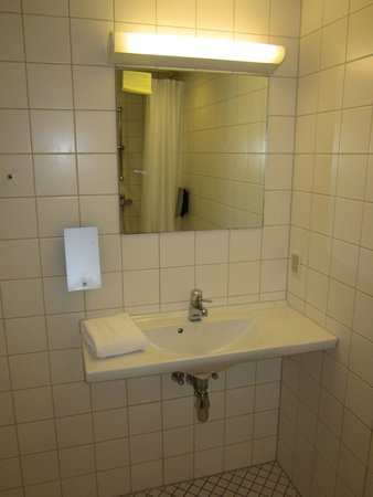 Ibsens Hotel: Tiled Bathroom