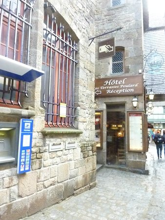 Abbaye du Mont-Saint-Michel : A hotel I passed by making my way to abbey