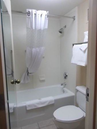 Red Lion Inn & Suites Deschutes River – Bend: Spotless deep cleaned bathroom