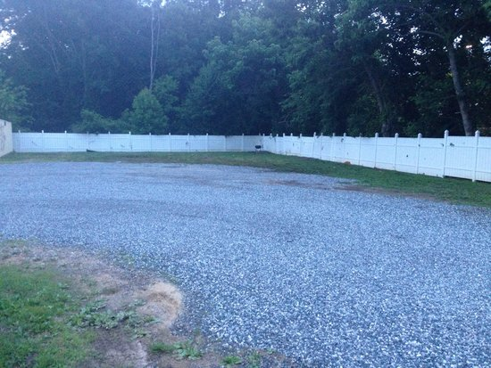 Fairfield Inn & Suites Asheville South/Biltmore Square: Nasty gravel lot with junk and grill