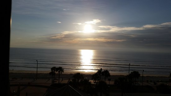 Hilton Daytona Beach / Ocean Walk Village: sunrise from our 5th floor room..