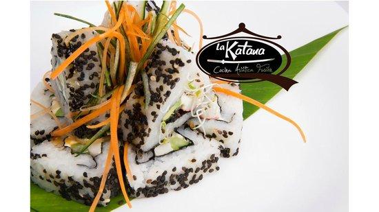 La Katana Cocina Asiatica Fusion: California, rollo relleno de pepino,aguacate,queso crema y surimi con ajonjoli por fuera