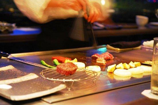 Steake Ishiyama: 手際のよいシェフの手さばき