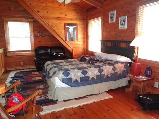Mountain Top Inn and Resort: bed in open part of loft