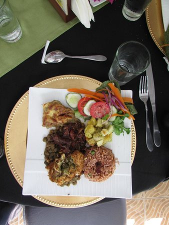Cafe Mariposa : Main course. Cocoa pork, chicken arugula, and more.