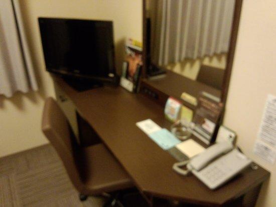 Hotel Route Inn Sapporo Chuo Susukino: デスクも広めです。