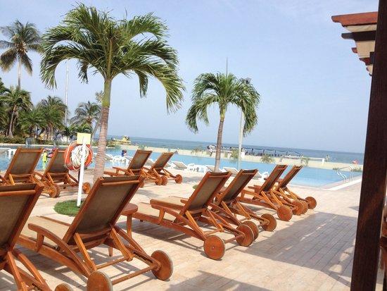 Hotel Tamaca Beach Resort: Terraza a mediodía