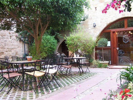 Avalon Boutique Suites Hotel: The courtyard where meals are taken
