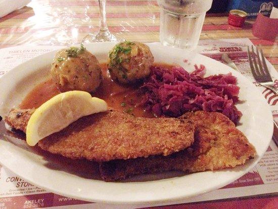 Brauhaus Restaurant & Lounge: Wienerschnitzel, knödel and red cabbage