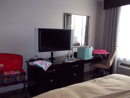 DoubleTree by Hilton Hotel Chattanooga Downtown: tv & large desk area