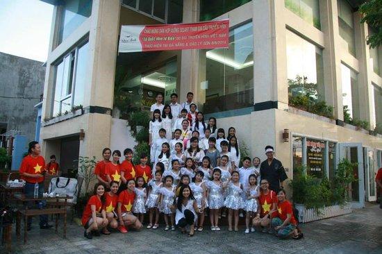 Duc Anh Hotel: Cán bộ nhân viên Khách sạn Đức Anh cùng đoàn hợp xướng Solart ủng hộ CT Tổ Quốc Nhìn Từ Biển