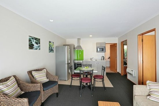 Admiral Court Motel & Apartments : Deluxe Two Bedroom Unit with Kitchen
