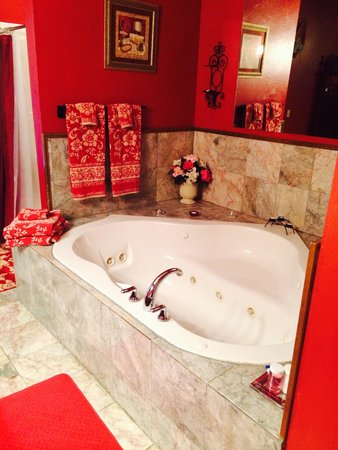 Whispering Pines Bed and Breakfast: Rose Suite jacuzzi