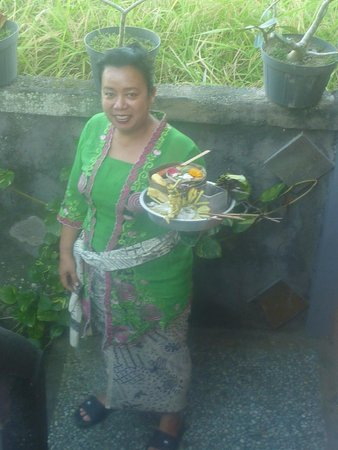 Nirwa Ubud Homestay: Ayu and the morning offerings