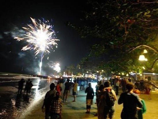 Mac Resort Hotel: งานปีใหม่ หน้าหาดโรงแรมแม็ค รีสอร์ท