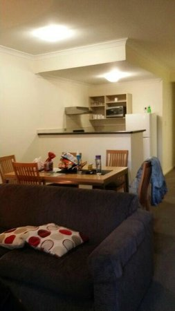 Best Western Northbridge Apartments: Dining and kitchen areas