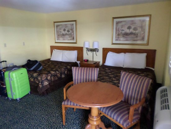Anaheim Del Sol Inn: Two queen beds