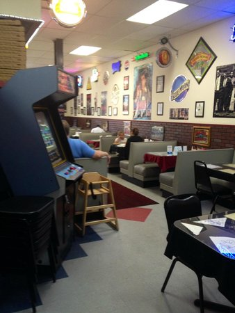Capone's Pizza: Seating
