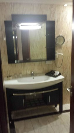 K108 Hotel: Good sized bathroom