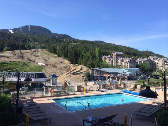 Pan Pacific Whistler Mountainside: 2 floor room with a view overlooking the pool