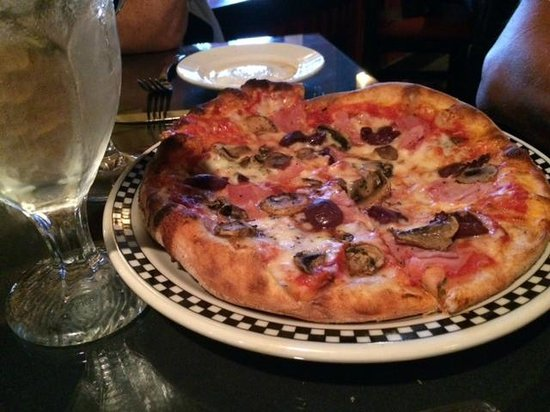La Fontana Waterfront Grill & Pizzeria: good pizza;enough to share