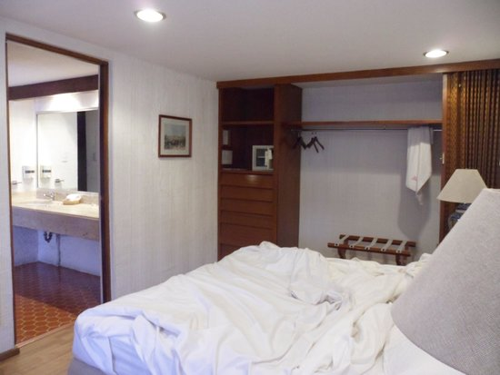 Suites Amberes : Bedroom (untidy)