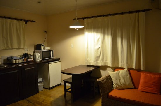 Five Princes Hotel: Cottage sitting area and kitchenette