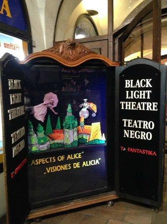 Ta Fantastika Black Light Theatre: propaganda en la puerta