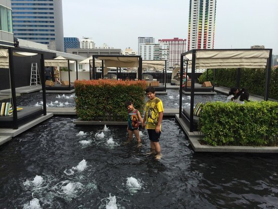 Centara Watergate Pavillion Hotel Bangkok: Kids enjoying