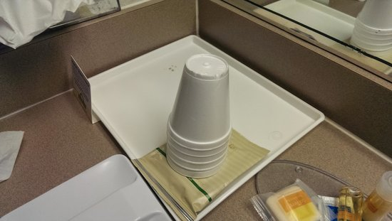 Days Inn Leavenworth: Unwrapped styrofoam cups