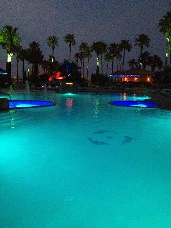 Isla Grand Beach Resort: Night Pool