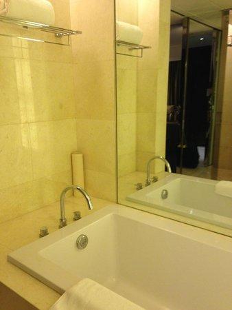 Radisson Blu Plaza Chongqing: Bathroom tub