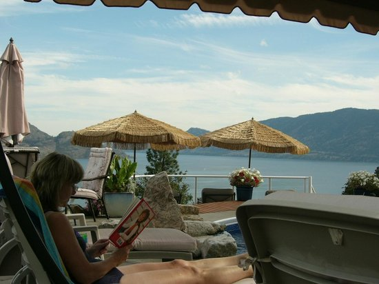 Okanagan Oasis B&B: Relaxing by the pool reading