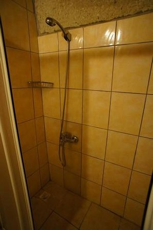 Ufuk Pension : Spacious shower stall