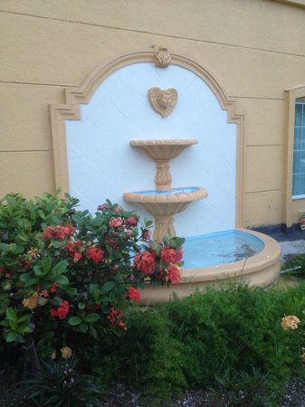 La Quinta Inn & Suites Brownsville North: Garden Fountain outside