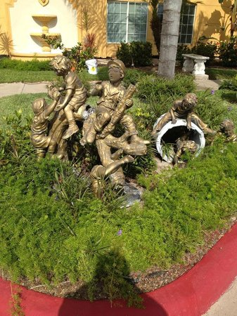 La Quinta Inn & Suites Brownsville North: Quaint statues from the old days