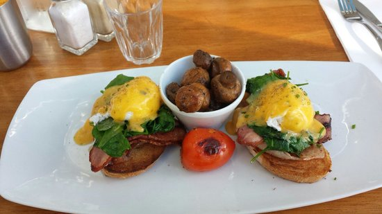 Cafe Ambiente Kirra: Eggs benedict with bacon, and mushrooms on the side.
