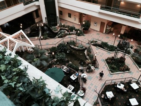 Embassy Suites by Hilton Greenville Golf Resort & Conference Center : view down to the atrium lobby