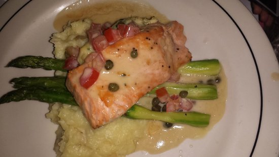 Vic & Anthony's Steakhouse - Las Vegas: Salmon with mashed potatoes and asparagus.  It was excellent.
