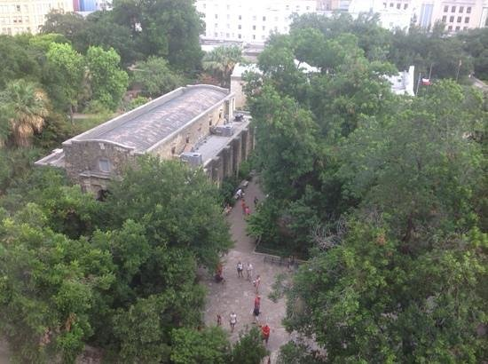 The Emily Morgan Hotel - a DoubleTree by Hilton: View of the Alamo from The EM's suite 708