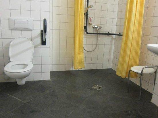 Hotel Augustinenhof: Wheelchair accessible bathroom
