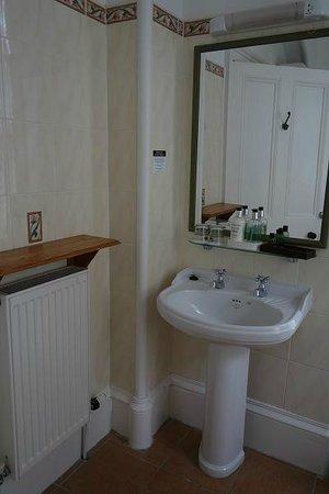 The Cluny Bank Hotel: Cavanagh room bathroom