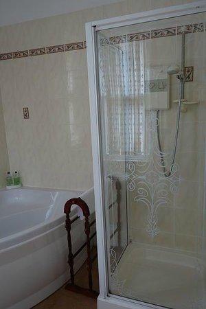 The Cluny Bank Hotel: Cavanagh room bathroom - great tub!
