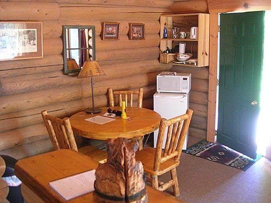 Swan Lake Cabins: Bear's Den Cabin - Dining/Kitchenette Area
