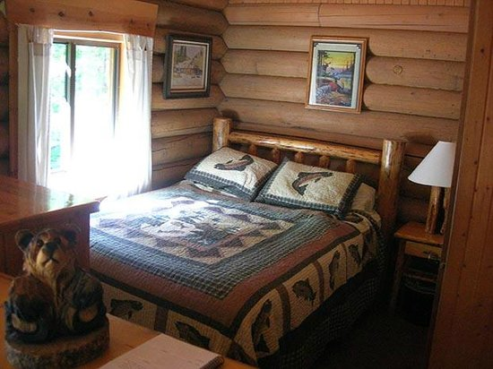 Swan Lake Cabins: Bear's Den Cabin - Sleeping area