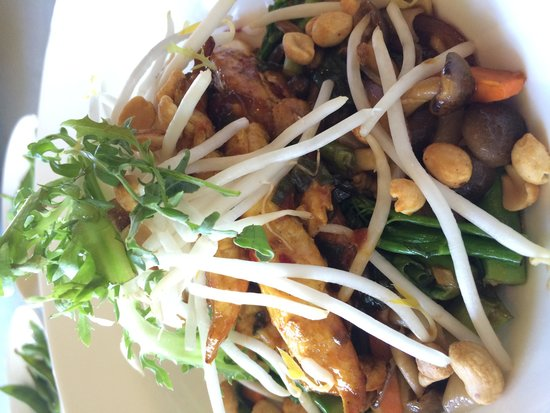 Roy's at Pebble Beach: Chicken curry rice noodle bowl
