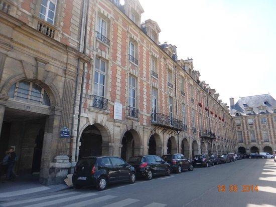 Place des Vosges: Lindos prédios vermelhos
