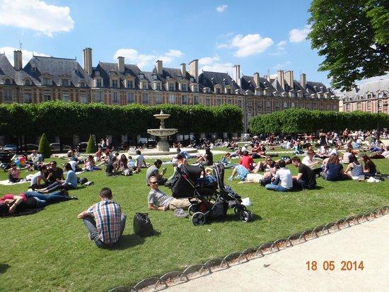 Place des Vosges: O jardim em dia ensolarado