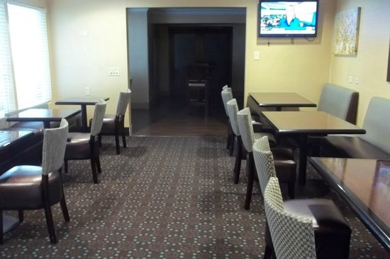 Fairfield Inn Ontario: A spacious area for breakfast, which was free and very good.