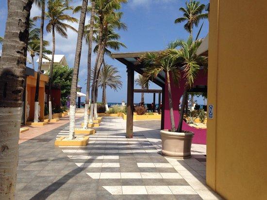 Tamarijn Aruba All Inclusive: Front walkway just past lobby